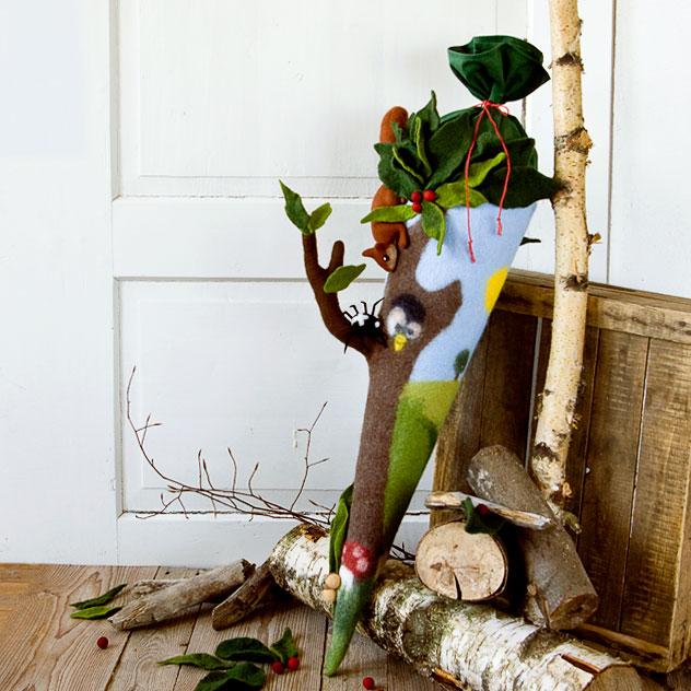 Witzige Natur- Schultüte in Form eines Baum für Waldschulen. Mit Eichhörnchen, Spinne, Eule, Igel und Fliegenpilz dekoriert