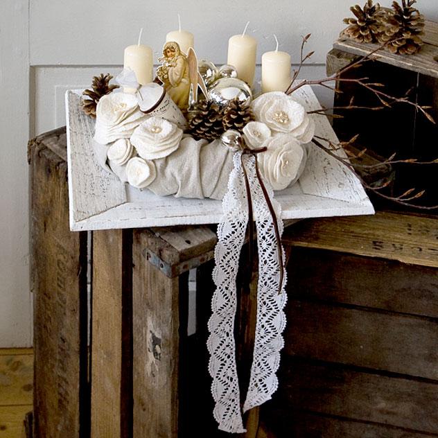 Erinnerung - Wiederverwendbarer Adventskranz mit Leinenhülle, Blüten aus Filz-Seide, bestickt mit Perlen, handgefertigter Klöppelspitze, alten Christbaumkugeln, Tannenzapfen, selbstgefertigter Zuckertüte und einem Engelsglanzbild. Eigener Entwurf - Unikat.