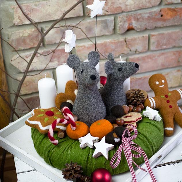 Adventskranz Weihnachtsmaus XL - Zwei Mäuse aus Filz zwischen Lebkuchen, Dominosteinen, Zuckerstangen und Weihnachtskeksen.