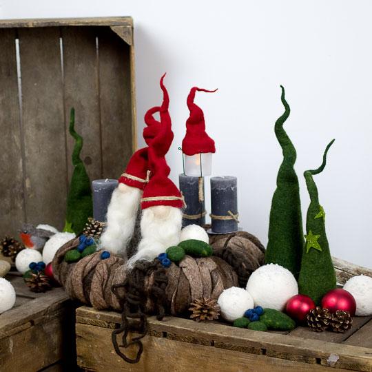 Adventskranz Tomte - Handgefilzt. Adventskranz mit Tomte, Rotkehlchen, Tannen, Schneebällen, Moos und Blaubeeren.