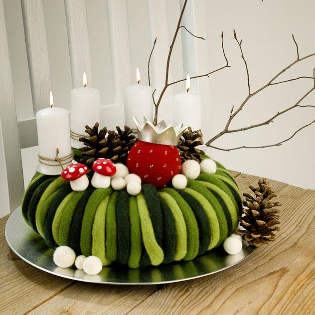 Moderner Adventskranz, gefilzt mit Tannenzapfen, Fliegenpilz und bestickter Filzkugel