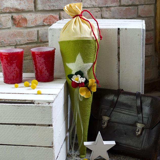 Schultüte | Glitzer-Stern auf grüner Schultüte mit Erdbeeren und Schmetterling. Filzdesign von Doris Niestroj, handgefertigt.