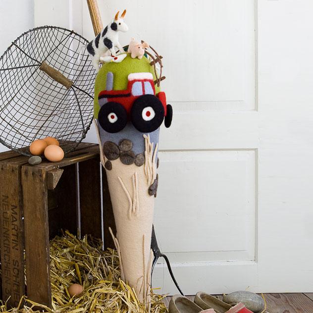 Schultüte | Bauernhof mit Trecker, Kuh, Schwein und Hühnern auf der Wiese. Filzdesign von Doris Niestroj, handgefertigt.