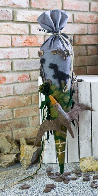 Schultüte | Kämpfende Dinosaurier mit Flugsaurier. Filzdesign von Doris Niestroj, handgefertigt.
