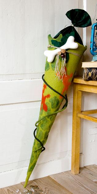 Schultüte | Bunte Geckos im Dschungel gefilzt auf Reptilienmuster. Filzdesign von Doris Niestroj, handgefertigt.