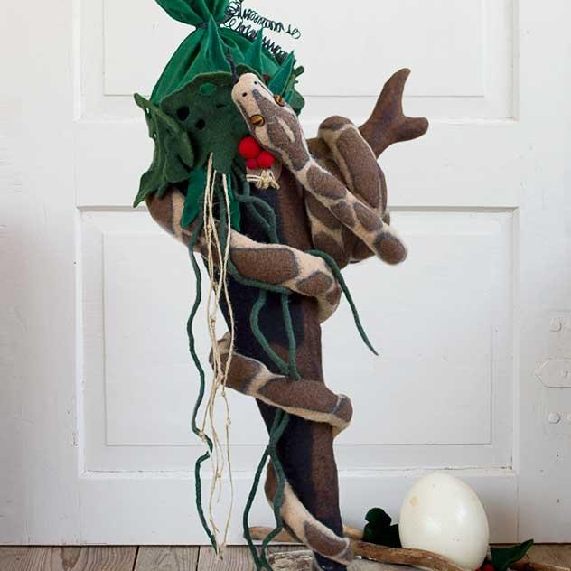 Schultüte | Schlange windet sich um Urwald-Schultüte. Filzdesign von Doris Niestroj, handgefertigt. mit Perlen, handgefertigter Klöppelspitze, alten Christbaumkugeln, Tannenzapfen, selbstgefertigter Zuckertüte und einem Engelsglanzbild. Eigener Entwurf - Unikat.