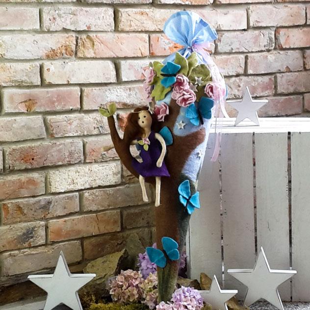 Schultüte | Elfen in einem Baum sitzend mit Schmetterlingen und Blüten. Filzdesign von Doris Niestroj, handgefertigt.