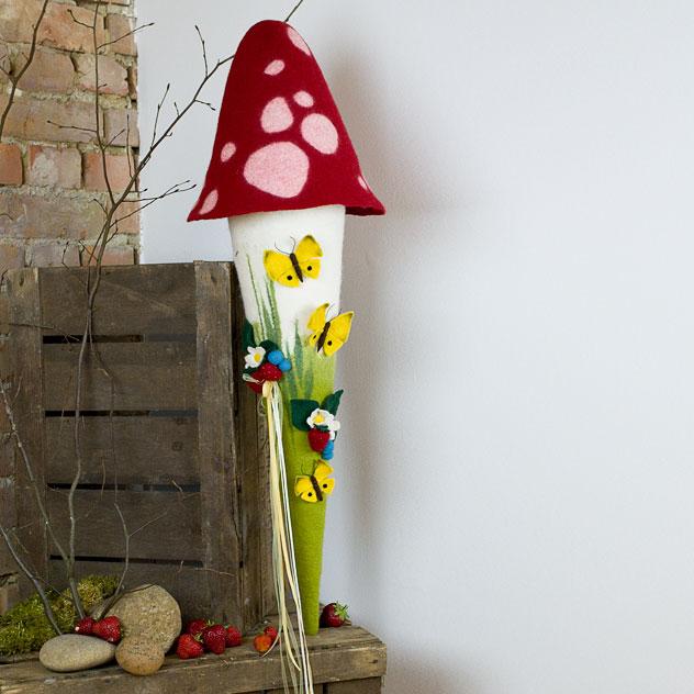 Schultüte | Fliegenpilz mit Erdbeeren und Schmetterlingen. Filzdesign von Doris Niestroj, handgefertigt.