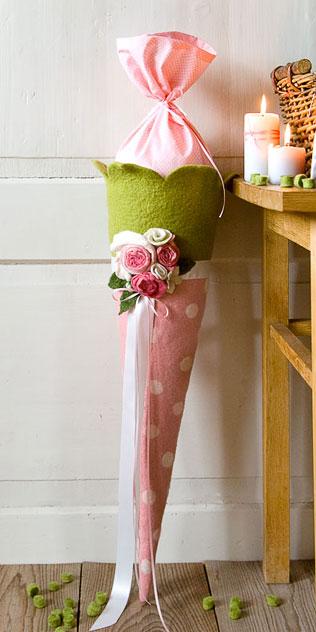 Schultüte | Rosa Blütenkelch mit weißen Punkten, zarten Rosen und Schleifen. Filzdesign von Doris Niestroj, handgefertigt.