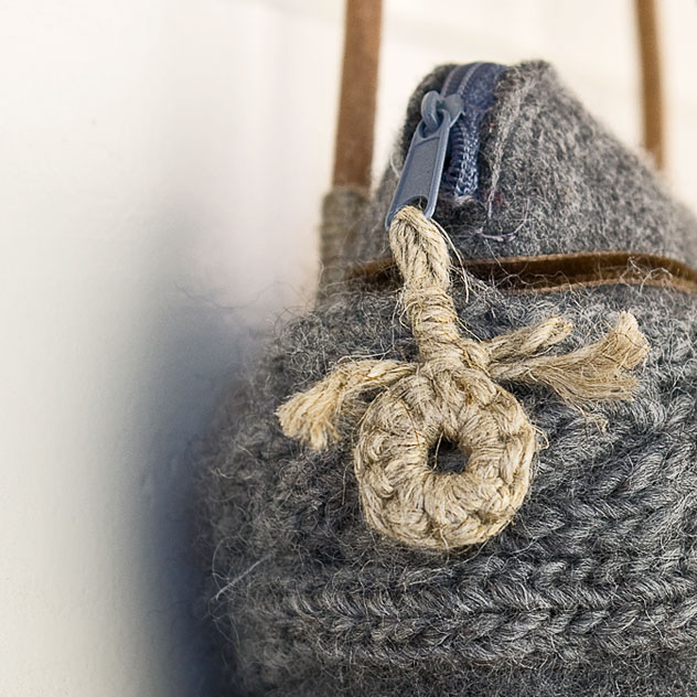 "Detail. Handgefertigte Tasche aus Filz ""Gipfelstürmer"". Doris Niestroj | Filz & Form."