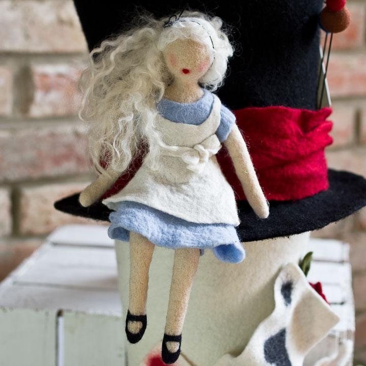 Filzfigur Alice im Wunderland.