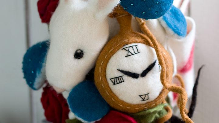 Märzhase mit Taschenuhr auf der schultüte Alice im Wunderland.