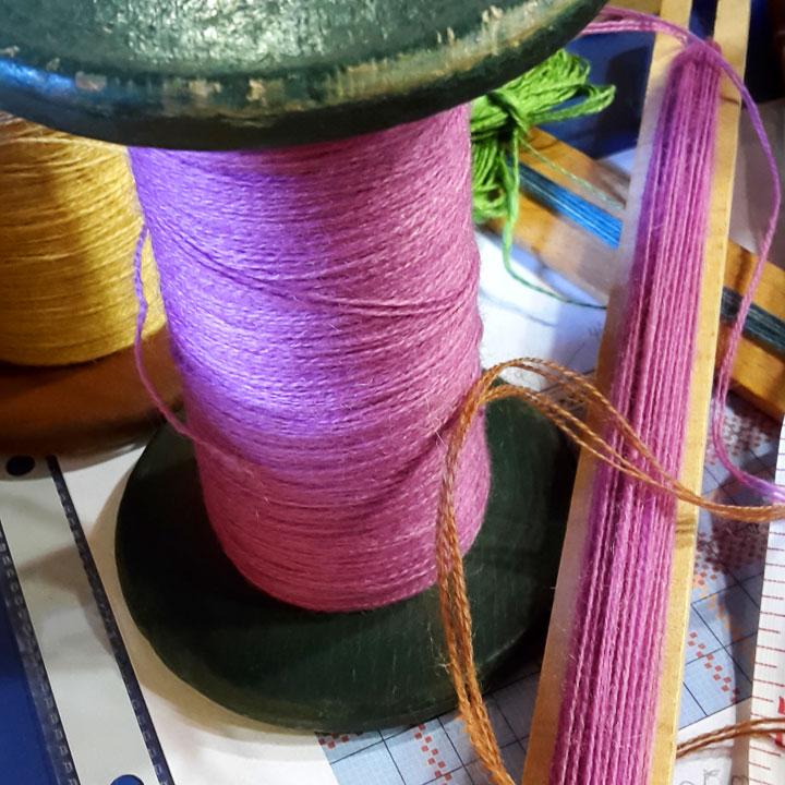 Garnspule mit handgefärbter Merinowolle zum Weben. Webkurs im Freilichtmuseum Detmold Oktober 2016.