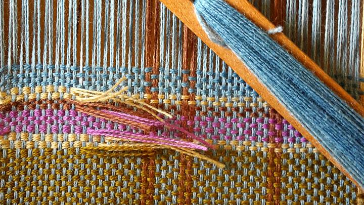 Leinwandbindung. Schal im Webrozess. Gewebt wird ein Karo mit handgefärbter Merinowolle. Webkurs im Freilichtmuseum Detmold Oktober 2016.