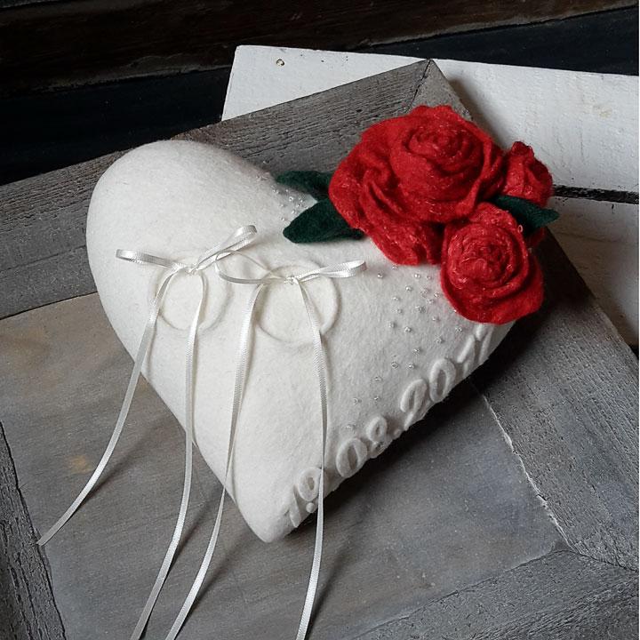 Accessoire für die Hochzeit. Ringkissen aus Filz mit roten Rosen.